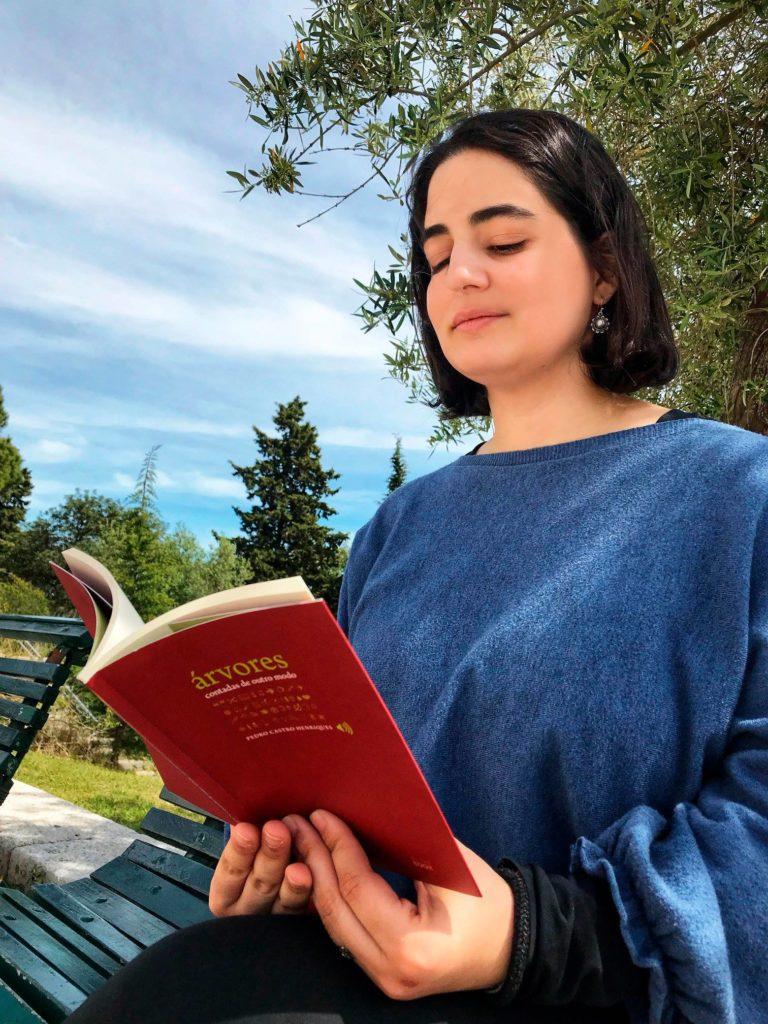 """""""Livros são os mais silenciosos e constantes amigos; os mais acessíveis e sábios…"""