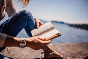 """""""Não se lê impunemente e Adelaide, leitora dedicada, ganhou um vício curios…"""