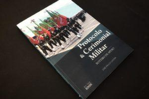 « Protocolo & Cerimonial Militar – Roteiro de Apoio » Um título sobre as regra…