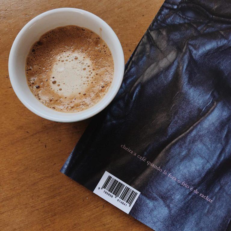 """""""cheira a café quando lá fora o frio é de rachar""""  In Livro Venenoso, de @e…"""