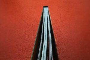 Como a época natalícia se estende ao Dia de Reis, também a By the Book mantém a …