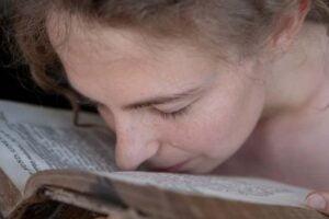 Você cheira os livros também? O motivo está na … química!